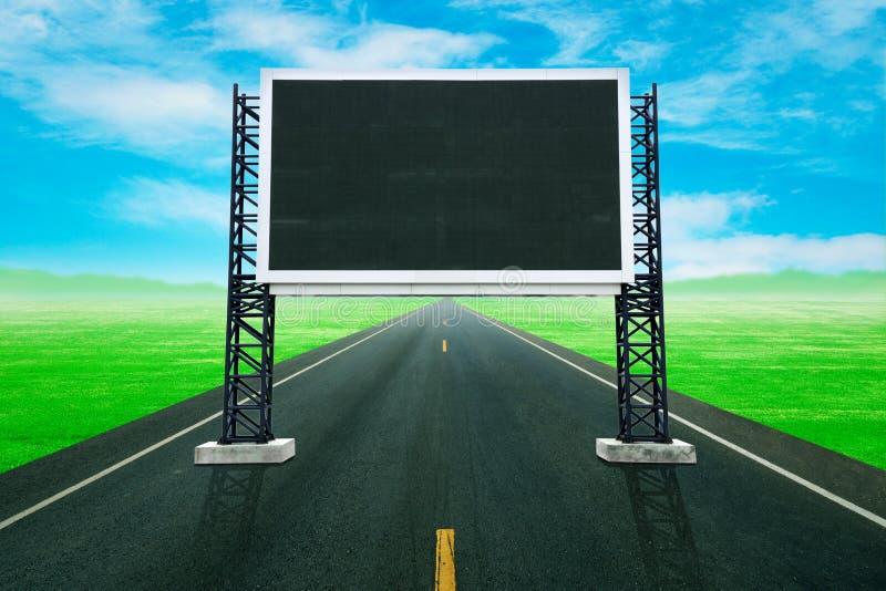 Estrada com grande placa vazia do sinal fotos de stock