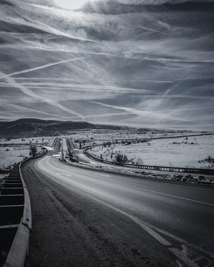 Estrada com neve e Contrails fotos de stock