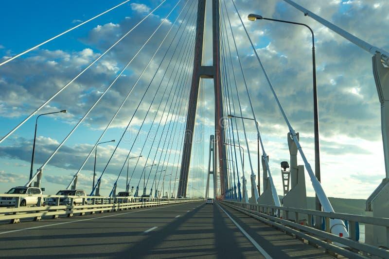 A estrada com os carros que passam na ponte do russo fotografia de stock royalty free
