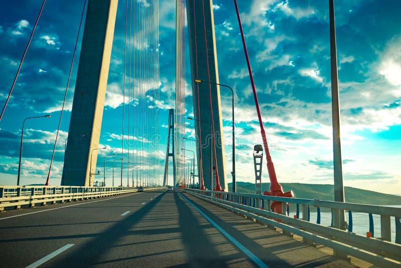 A estrada com os carros que passam na ponte do russo foto de stock royalty free