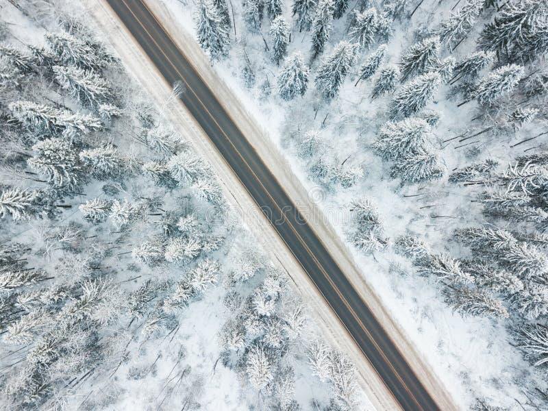 Estrada com a paisagem do inverno da opinião aérea da floresta fotos de stock royalty free