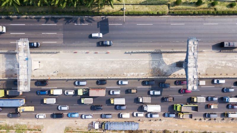 Estrada com pedágio elevado da construção com tráfego hético imagens de stock