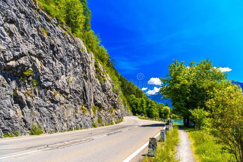 Estrada com penhascos, lago Thun, Thunersee, Berna, Suíça fotografia de stock