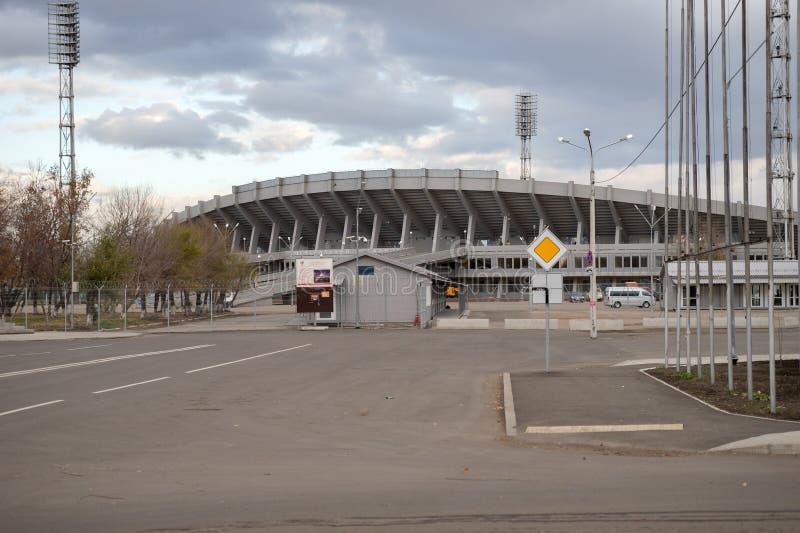 A estrada conduz ao estádio Yenisei, local de encontro 2019 de Universiade do inverno, na ilha do resto na cidade de Krasnoyarsk imagens de stock