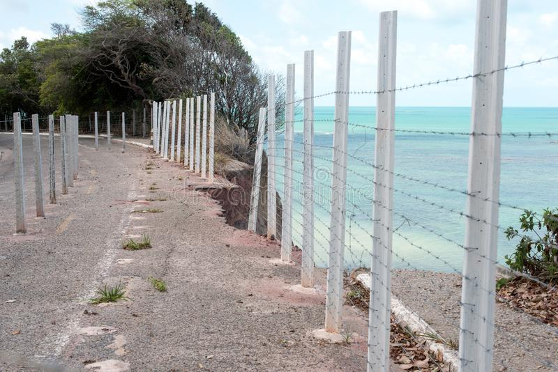 Estrada corroída do penhasco na costa brasileira fotografia de stock royalty free