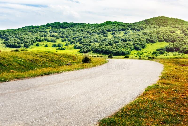 Estrada curva que conduz às montanhas Linda paisagem armênia imagens de stock royalty free