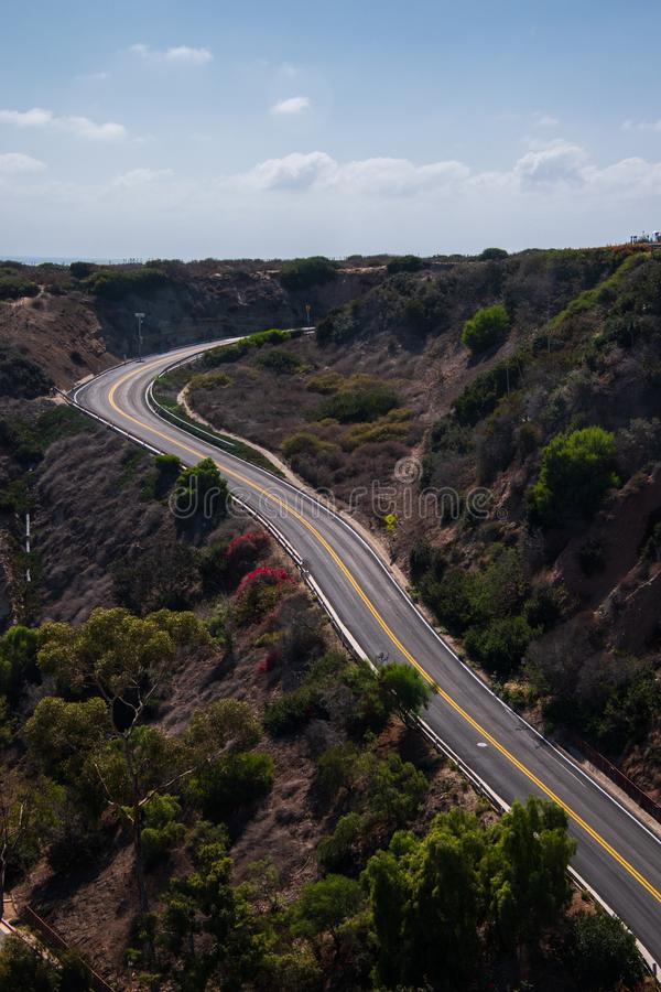 Estrada curvada de duas pistas que vai acima uma montanha Nenhum carro ou pessoa estam presente fotos de stock