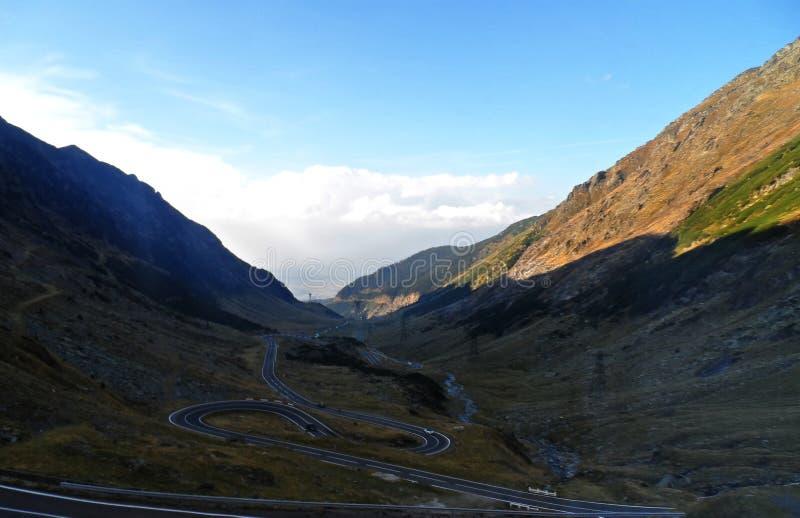 Estrada curvada na montanha fotografia de stock royalty free
