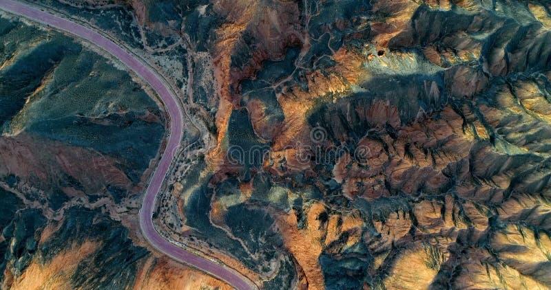 Estrada curvada que passa com uma paisagem original da montanha imagem de stock