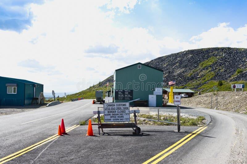 Estrada da beira de Alaska, EUA - Canadá no topo do mundo imagem de stock