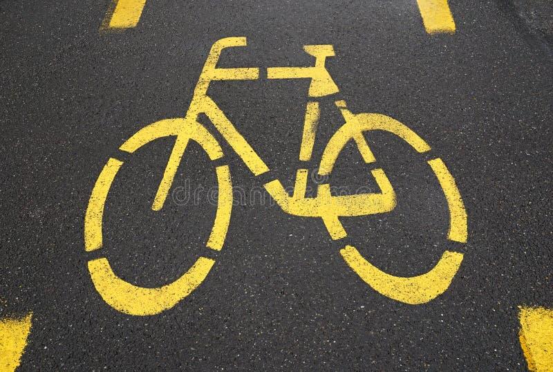 A estrada da bicicleta assina dentro a cidade fotos de stock royalty free