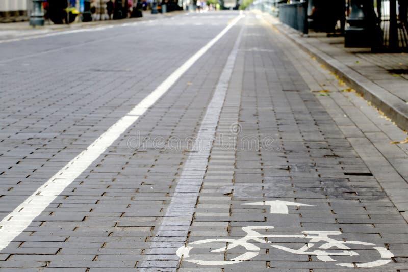 A estrada da bicicleta com assina dentro a cidade imagens de stock