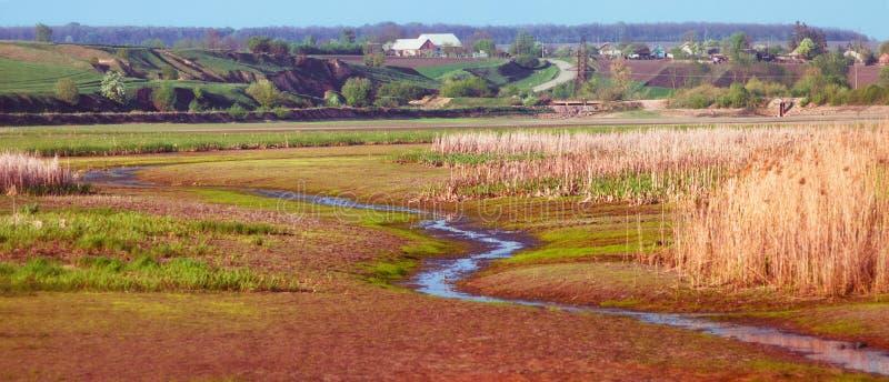 Estrada da costa da paisagem da casa da vila foto de stock