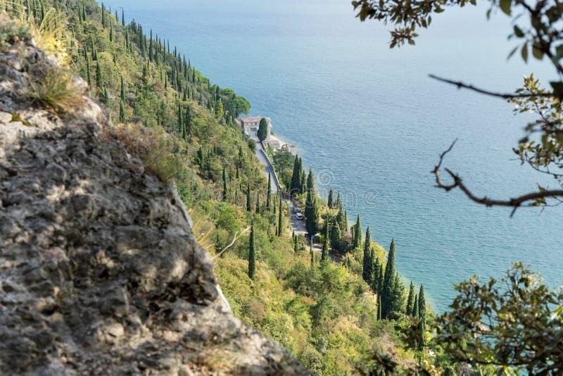 Estrada da costa no lago Garda fotos de stock