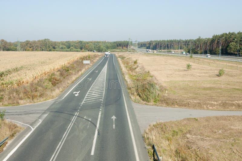 estrada da Dois-pista com carros fotografia de stock royalty free
