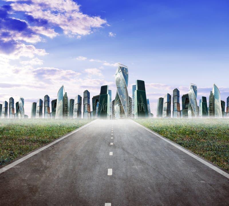 Estrada da estrada com cidade imagem de stock