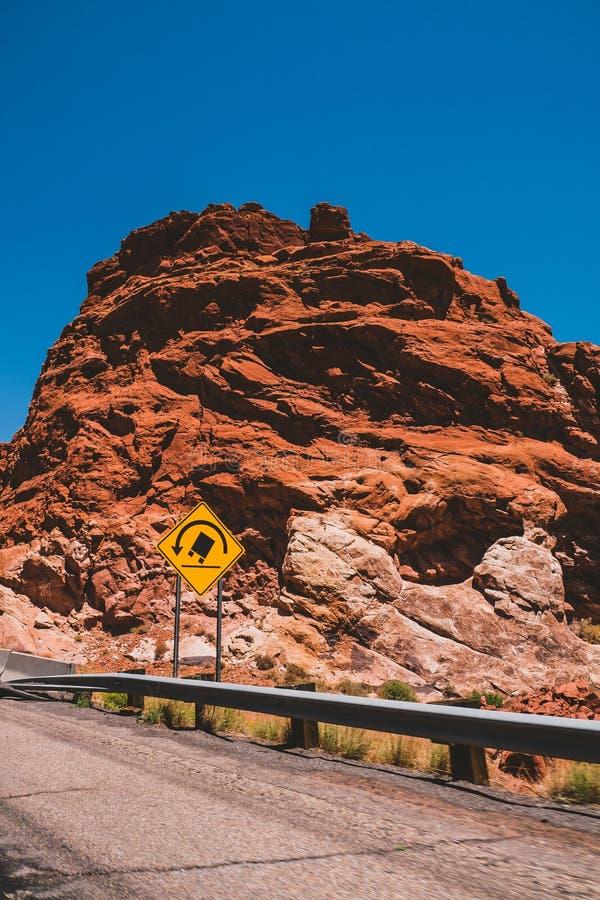 Estrada da formação do country rock da garganta do estado do Arizona imagem de stock