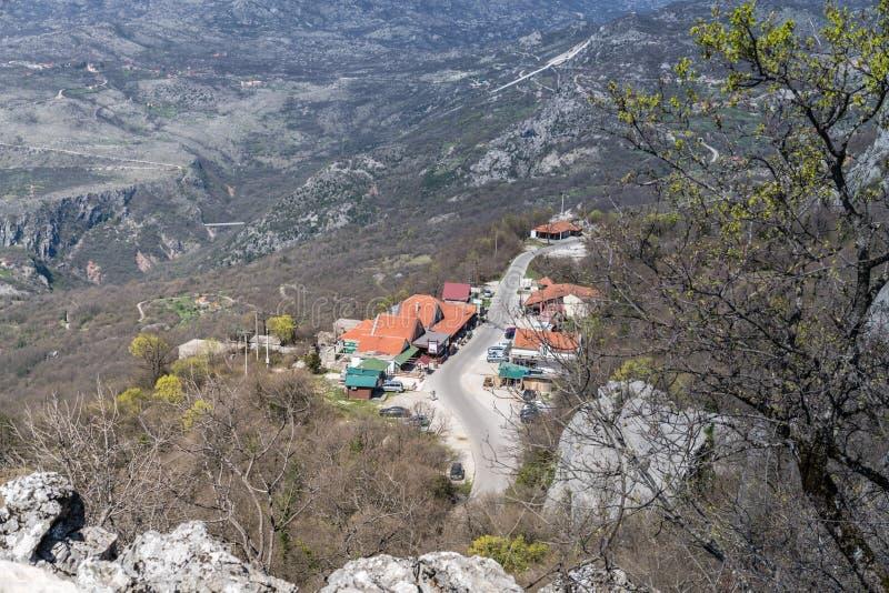 Estrada da montanha ao monastério ortodoxo de Ostrog foto de stock