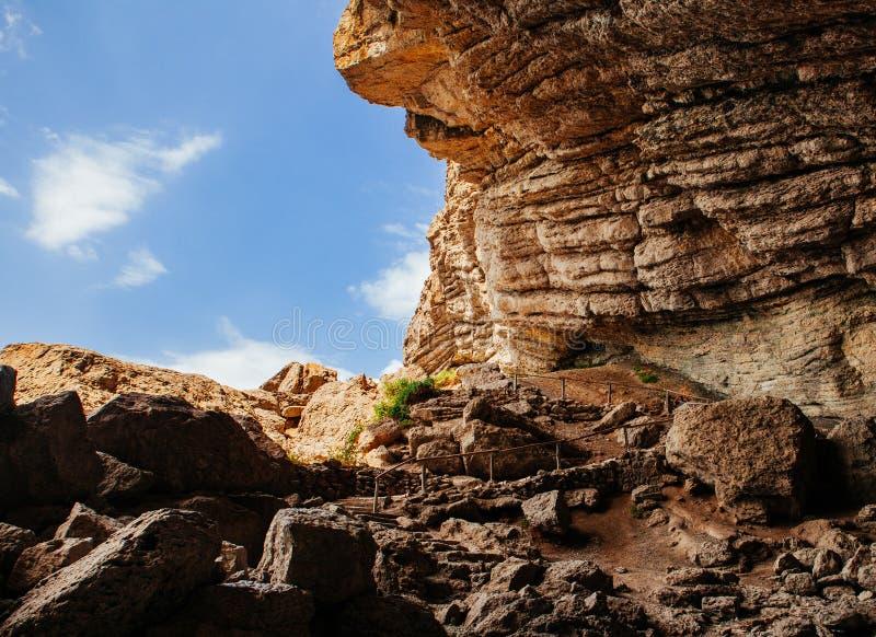Estrada da montanha da caverna na tarde fotografia de stock