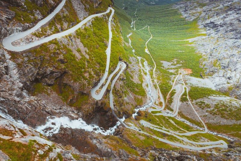 Estrada da montanha de Trollstigen do trajeto das pescas à corrica em Noruega fotos de stock