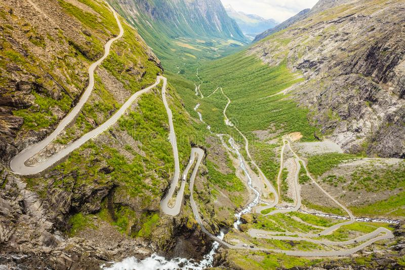 Estrada da montanha de Trollstigen do trajeto das pescas à corrica em Noruega foto de stock royalty free