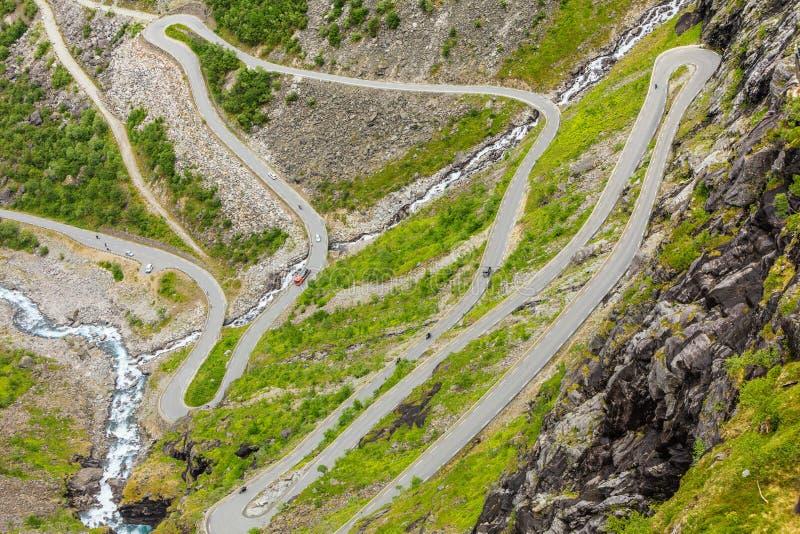 Estrada da montanha de Trollstigen do trajeto das pescas à corrica em Noruega fotografia de stock