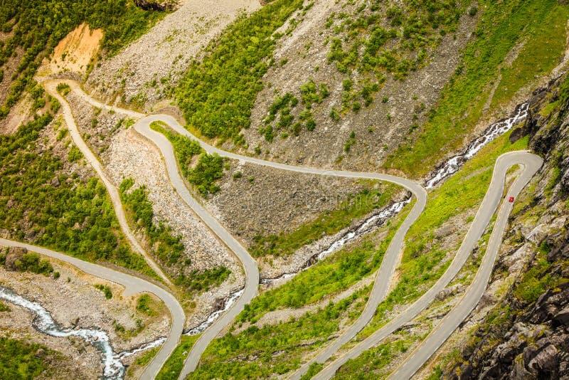 Estrada da montanha de Trollstigen do trajeto das pescas à corrica em Noruega imagem de stock