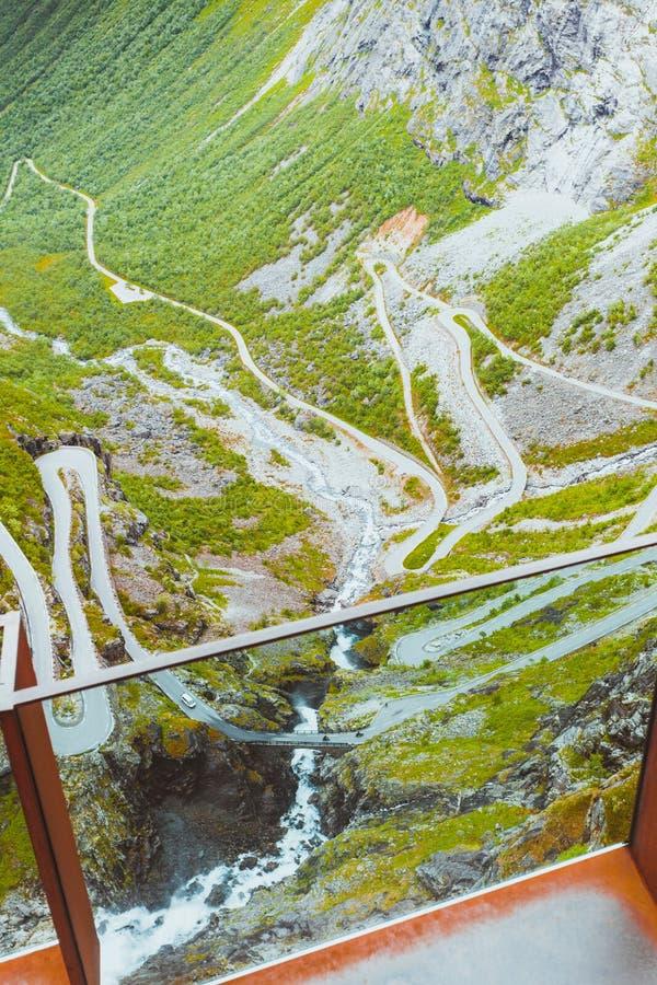 Estrada da montanha de Trollstigen do trajeto das pescas ? corrica em Noruega fotos de stock royalty free