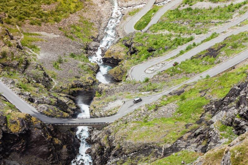Estrada da montanha de Trollstigen do trajeto das pescas ? corrica em Noruega foto de stock