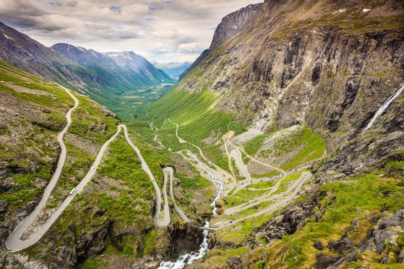 Estrada da montanha de Trollstigen do trajeto das pescas ? corrica em Noruega imagem de stock