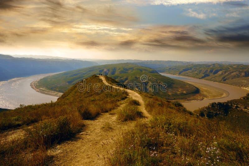 A estrada da montanha e o Rio Amarelo, China foto de stock royalty free