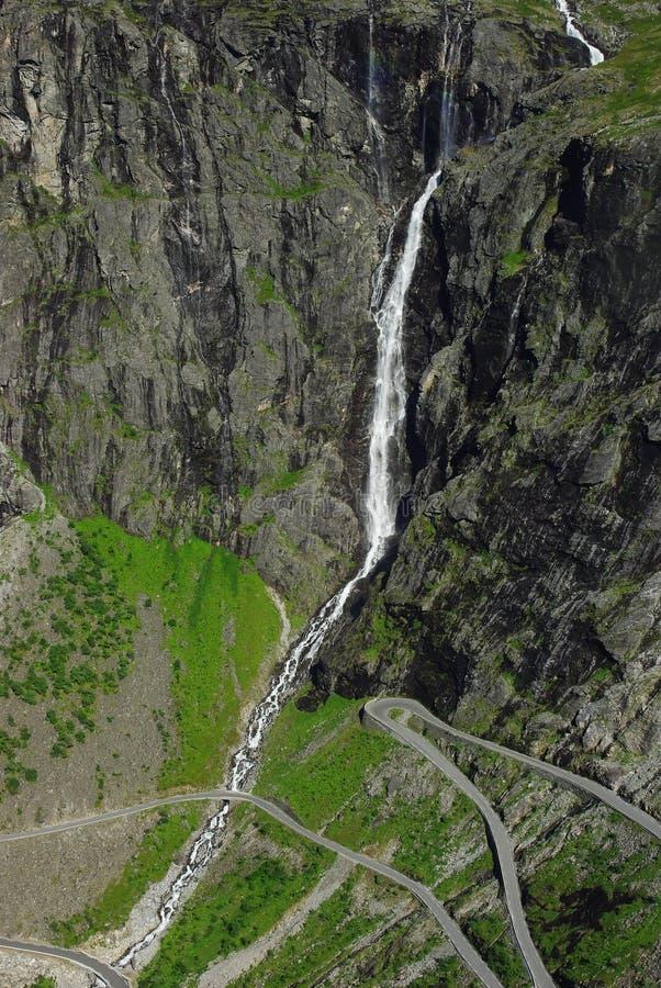 Estrada da montanha em Noruega foto de stock