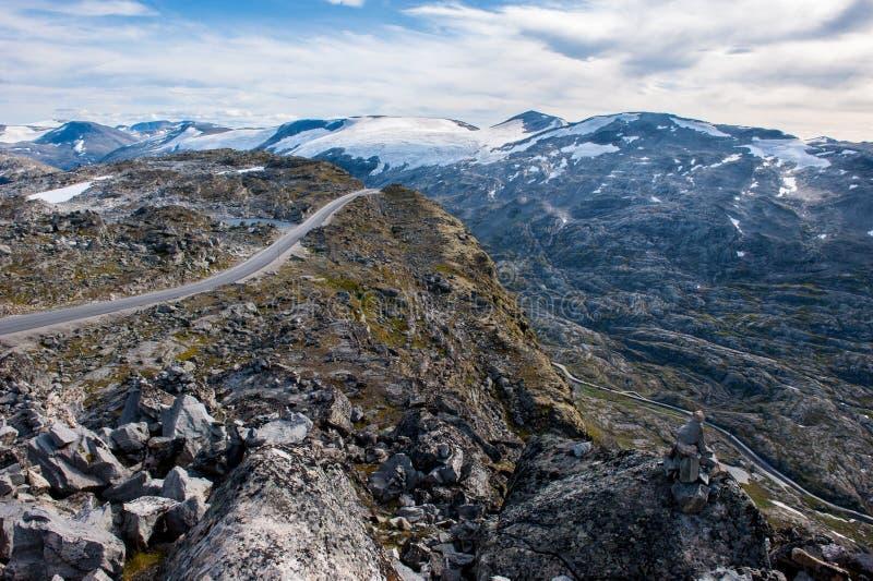 Estrada da montanha, maneira ao ponto de opinião de Dalsnibba ao fiorde de Geiranger, Noruega imagem de stock