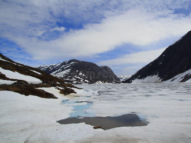 Estrada da montanha, maneira ao ponto de vista de Dalsnibba ao fiorde de Geiranger, Noruega imagens de stock royalty free