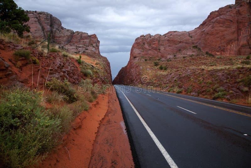 Estrada da montanha na chuva imagens de stock royalty free