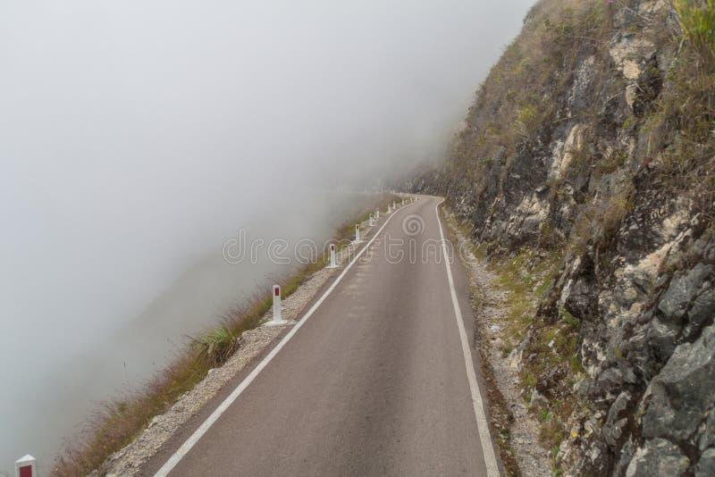 Estrada da montanha nas nuvens fotos de stock royalty free