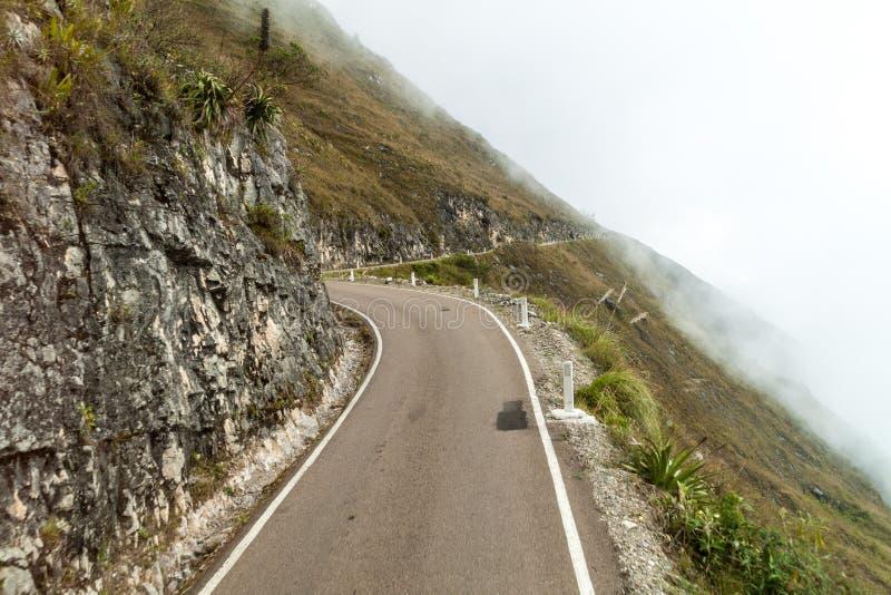Estrada da montanha nas nuvens fotografia de stock royalty free
