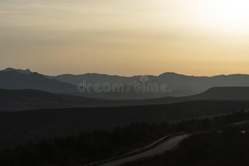 Estrada da montanha nos montes crimeanos do fundo fotografia de stock