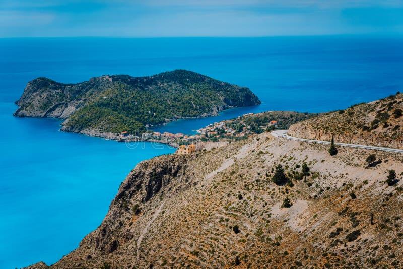 Estrada da montanha que conduz à vila famosa de Assos e à fortaleza venetian, grande paisagem da ilha de Kefalonia, Grécia ver?o  foto de stock