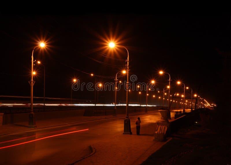 Estrada da noite através da ponte imagens de stock