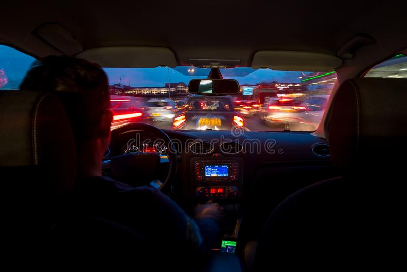 A estrada da noite do interior do carro com movimento borrou a pressa fotografia de stock