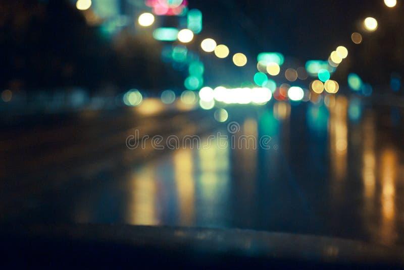 A estrada da noite na cidade imagem de stock