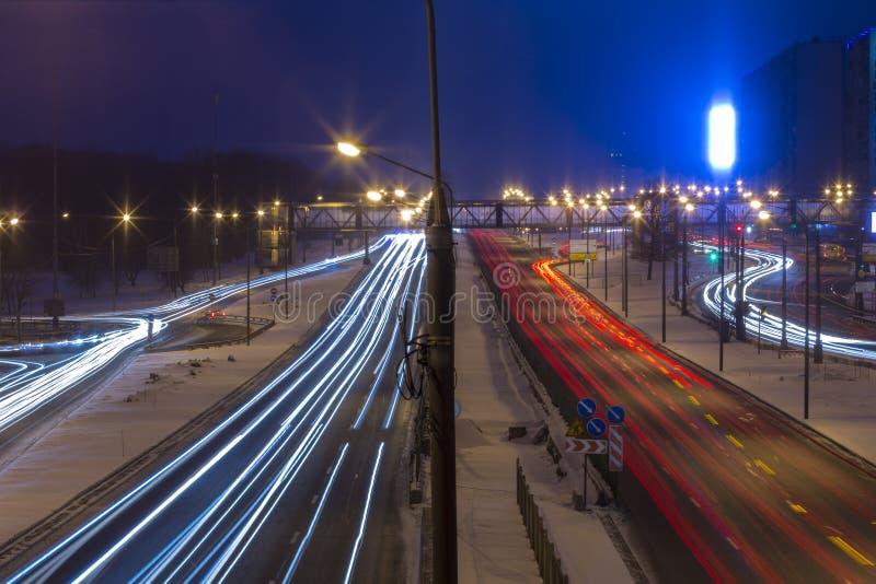 Estrada da noite na cidade com carro que a luz arrasta fotos de stock royalty free