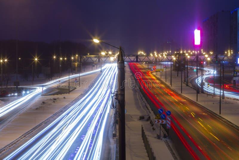 Estrada da noite na cidade com carro que a luz arrasta fotografia de stock