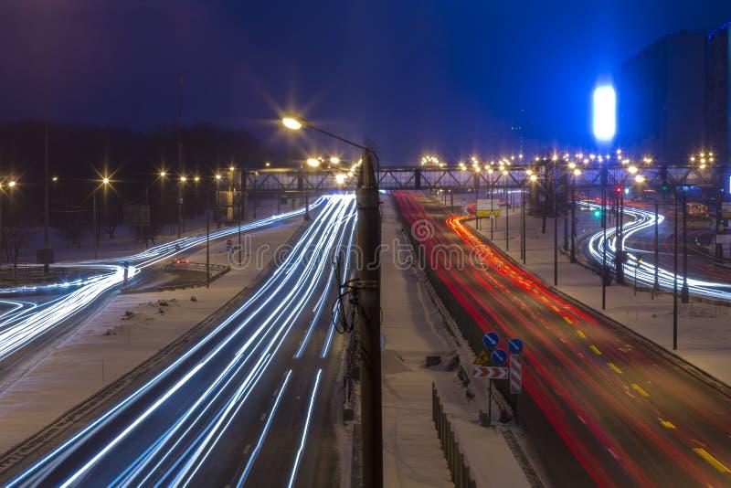 Estrada da noite na cidade com carro que a luz arrasta imagem de stock