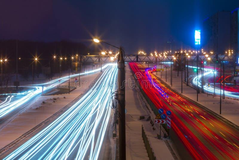 Estrada da noite na cidade com carro que a luz arrasta imagens de stock