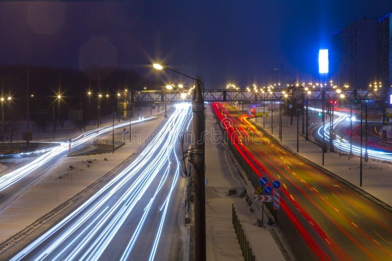 Estrada da noite na cidade com carro que a luz arrasta foto de stock