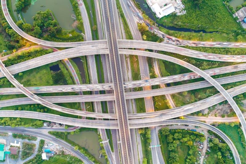 Estrada da passagem superior da cidade do transporte da vista aérea com movimento do veículo imagens de stock