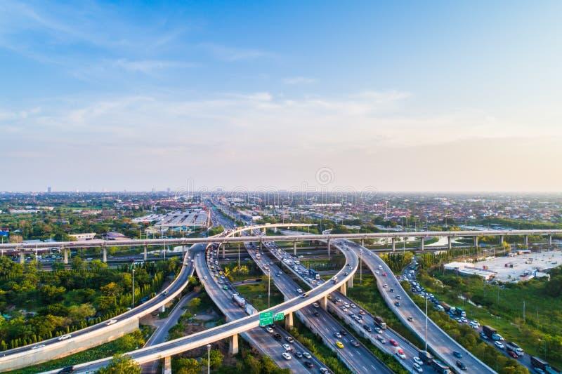 Estrada da passagem superior da cidade do transporte da vista aérea com movimento do veículo fotos de stock royalty free