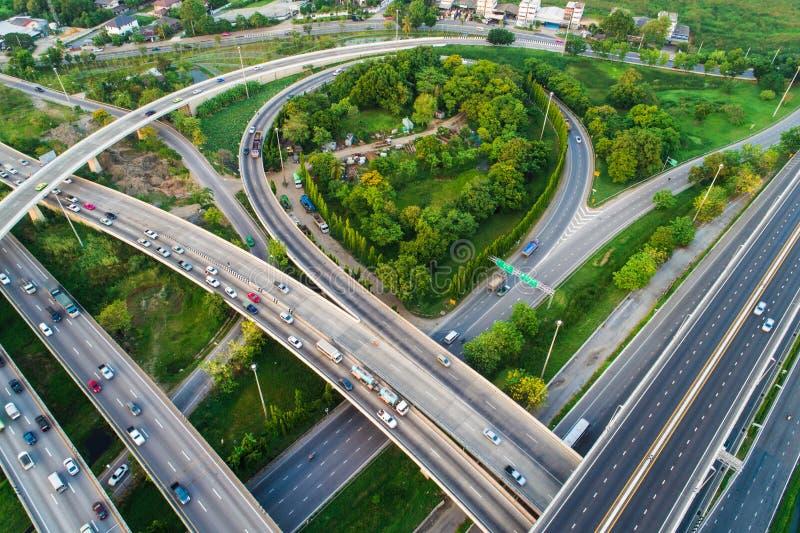 Estrada da passagem superior da cidade do transporte da vista aérea com movimento do veículo imagem de stock